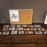 Wekelijks mogen de kinderen in tweetallen 4 nieuwe woorden zoeken die beginnen met de letter van de week.